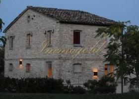 Immogold hübsches Landhaus in den grünen Hügeln der Marken nahe Senigallia mit sechs Gästewohnungen und Pool